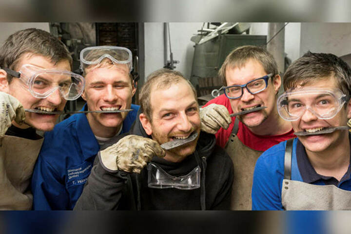 Typisch angehende Werkstoffprüfer! Philipp Schütze (22), Tim Hüner (18), Kevin Dubben (29), Daniel Böhme (31) und Maximilian Schölzel (22) testen ihre Messer mit den Zähnen.