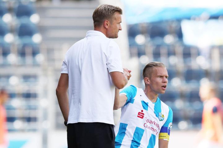 CFC-Trainer David Bergner (l.) hilft seinem Kapitän Dennis Grote auf die Beine. Er braucht ihn am Sonntag in Erfurt.
