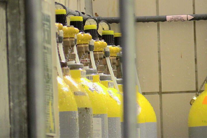 Aus diesen Flaschen scheint das Chlorgas ausgetreten zu sein. Der Betreiber wird die Anlage nun prüfen.