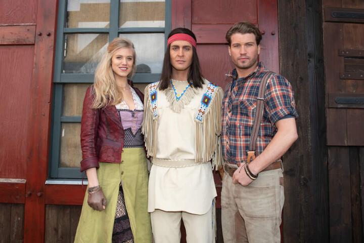Klaws (Mitte) wurde von Larissa Marolt und Raúl Richter begleitet.