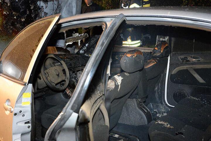 Das Auto brannte auch von innen aus.