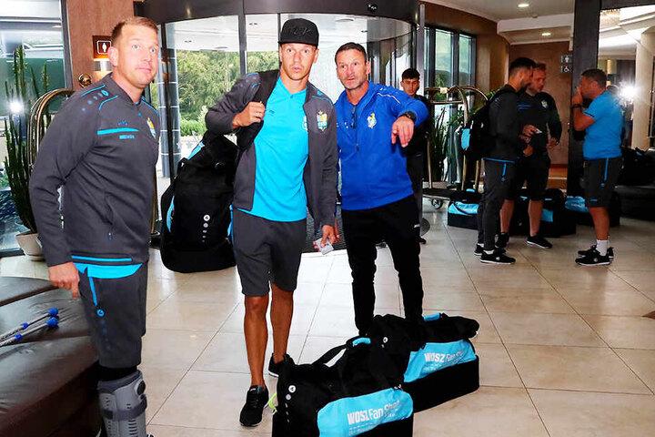 CFC-Chefscout Kevin Meinhardt (l.), Stürmer Daniel Frahn (M.) und Team-Manager Torsten Bittermann bei der Ankunft im Hotel.