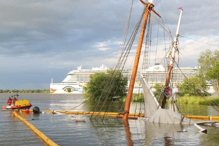 """Das einst so stolze Schiff """"No. 5 Elbe"""" liegt nach der Havarie fast komplett unter Wasser."""
