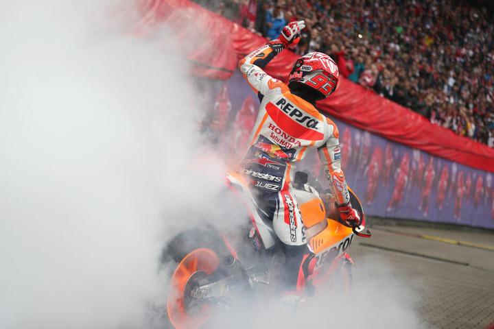 Drehte vor dem Anpfiff eine Runde in der Red Bull Arena und heizte die Stimmung an: Moto-GP-Weltmeister Marc Márquez (26).