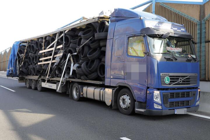 Bei dem Unfall wurde der Auflieger aufgerissen, der Laster verlor einen Teil seiner Ladung.