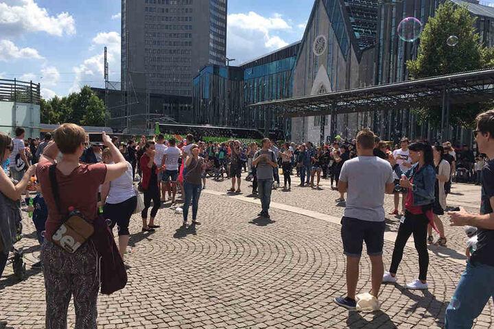 Die Initiatoren wollen, dass sich die Flashmob-Teilnehmer fünf Minuten lang einmal wieder wie Kinder fühlen.