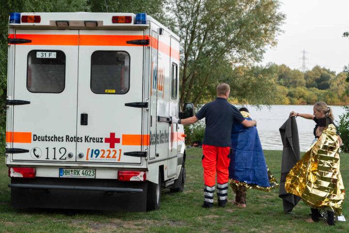 Einsatzkräfte kümmern sich an der Unglücksstelle um Angehörige und Zeugen.