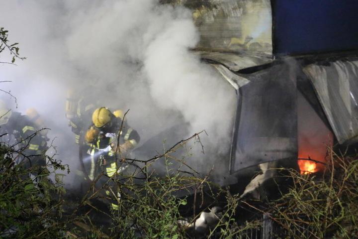 Die Kameraden mussten mit Atemschutzgerät nah an die Flammen heran.