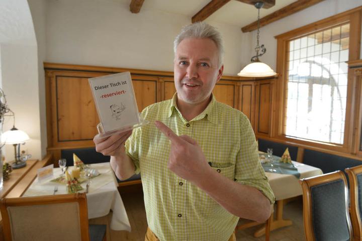 Jörg Fiedler (49) kassiert zehn Euro fürs Nichterscheinen. Die Gäste haben Verständnis für die Idee.
