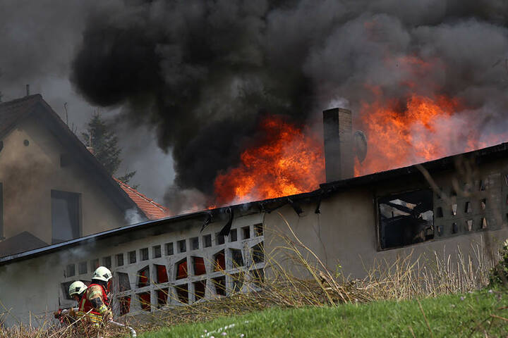 Zum Glück konnte die Ausweitung der Flammen auf die umliegenden Gebäude verhindert werden.
