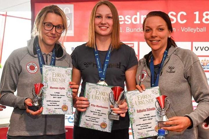 Piia Korhonen (Mi.) wurde zur Spielerin des Jahres gekürt, neben ihr Katharina Schwabe (r, 2. Platz) und die Drittplatzierte Mareen Apitz.