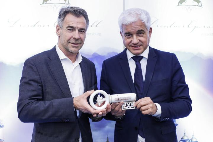 Manufaktur-Meissen-Chef Tillmann Blaschke (55) und Ball-Boss Hans-Joachim Frey (53) präsentieren den Willkommensschlüssel-Trinkbecher.