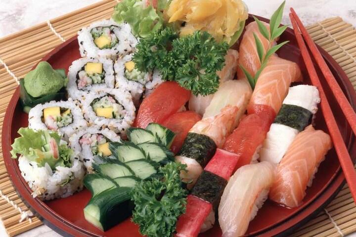 Auf einen solchen Teller voller Sushi wird der Mann vielleicht erstmal verzichten.
