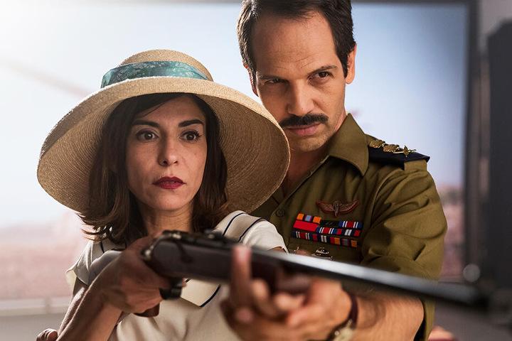 """Tala alias Rachel (l., Lubna Azabal) bandelt in der Soap Opera """"Tel Aviv on Fire"""" mit General Yehuda (Yousef """"Joe"""" Sweid) an."""