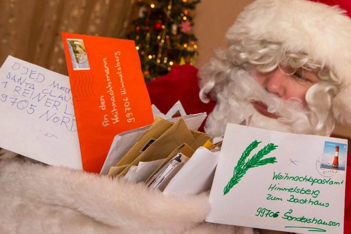 Der Weihnachtsmann und seine ehrenamtlichen Wichtel haben in Himmelsberg alle Hände voll zutun.