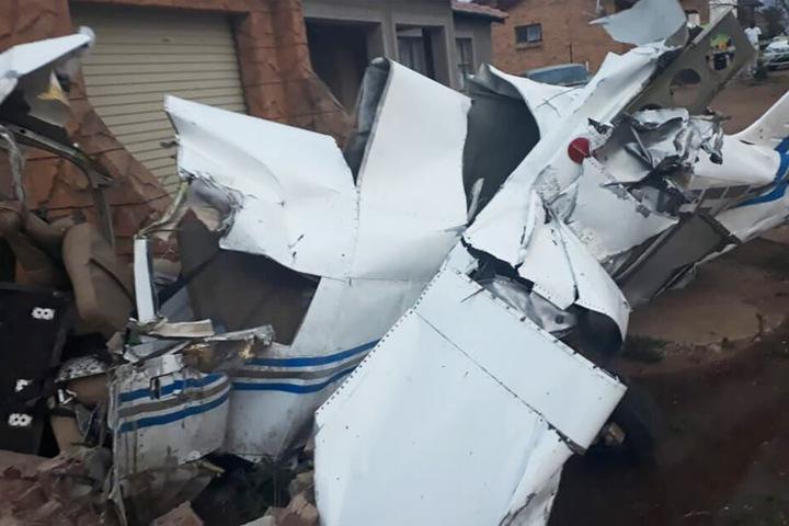 Das Flugzeug erlitt Totalschaden.