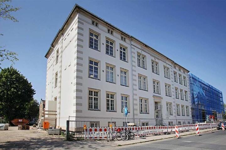 An der Fröbelstraße wird der Altbau rechtzeitig fertig. Am Neubau wird noch gearbeitet.