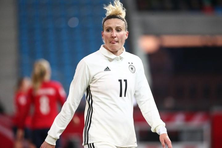 Die Chemnitzerin Anja Mittag (li.) spielt in Wolfsburg und kehrt mit der Nationalmannschaft in ihre Heimat zurück.