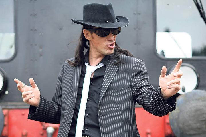 Als Panik-Rocker Udo Lindenberg steht Steven auf der Bühne.