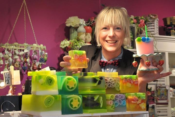 """Sandra Ludwig vom """"Blumenmädchen"""" mit der Regenbogen-Seife."""
