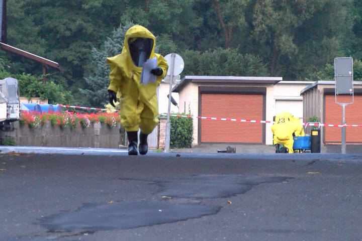 Nur mit speziellen Chemieschutzanzügen näherten sich die Einsatzkräfte dem Laster.