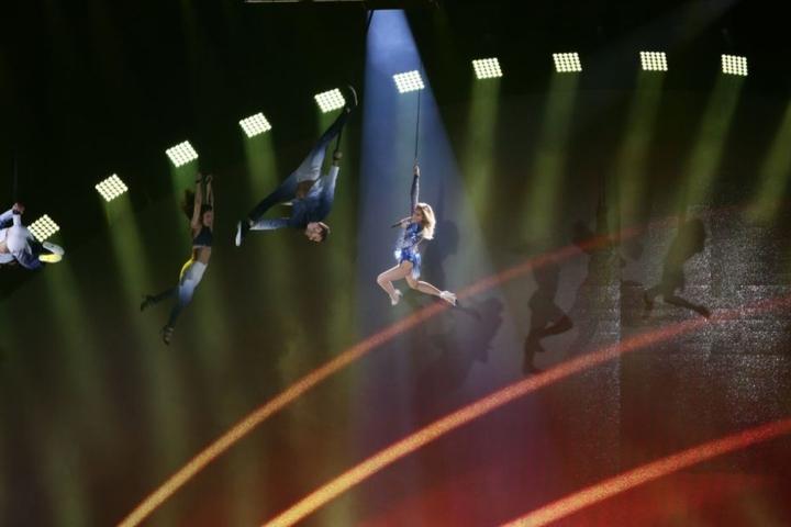 Tausende Fans bewunderten, wie Helene sich galant abseilte und die Mega-Show startete.