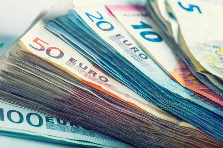 Die Bande soll große Geldsummen aus Geldtransportern und Geldautomaten gestohlen haben. (Symbolbild)