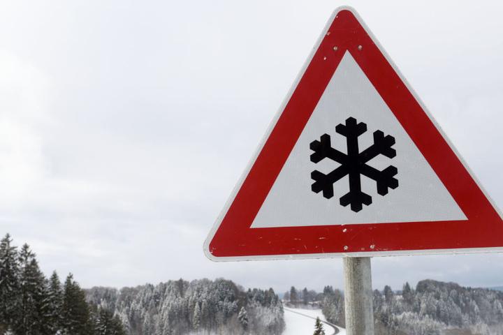 Winter und Schnee rollen langsam aber sicher auf Deutschland zu, die ersten Unfälle gab es bereits.
