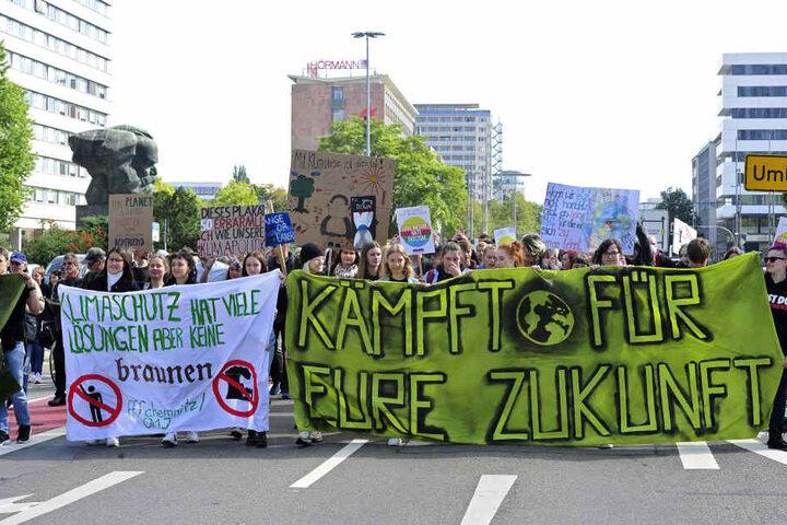 """AfD-Kritik an Antifaschismus bei """"Fridays For Future"""". Für die Demonstranten gehören die Themen zusammen."""
