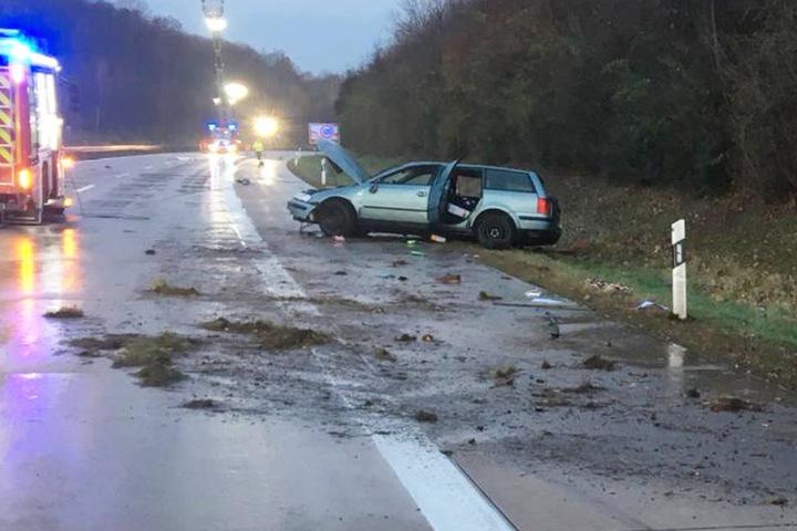 Für den Fahrer (31) des VW kam jede Hilfe zu spät. Er starb noch an der Unfallstelle.