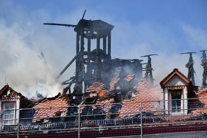 Der Brand griff in Windeseile auf das komplette Dach über.