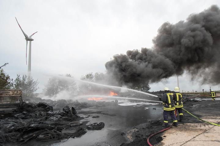 Der Reifenbrand sorgte für eine heftige Qualmentwicklung. DIe Wolke zog Richtung Norden.