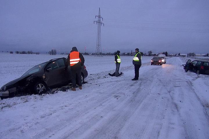 Die heftigen Schneefälle behinderten die Sicht des Fahrers. Beide Autos sind hin.