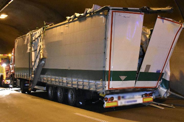 Die komplette rechte Seite des Transporters wurde aufgerissen.