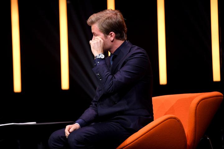 Während der Veranstaltung weint der deutsch-finnische Rennfahrer auf der Bühne
