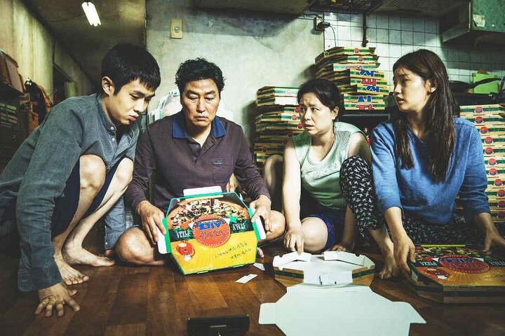 """Die Familie Kim schleicht sich in """"Parasite"""" nach und nach bei der reichen Familie Park ein."""
