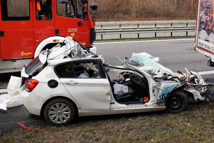Das Auto fuhr offenbar auf den Lkw-Anhänger auf.