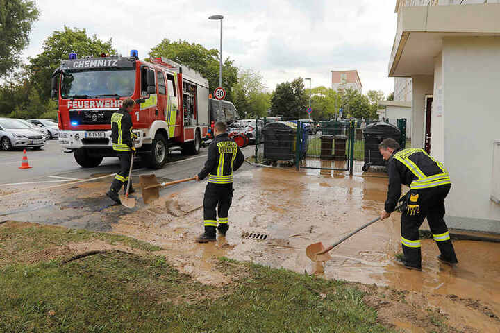 Die Feuerwehr pumpte das Wasser ab und beseitigte den Schlamm.
