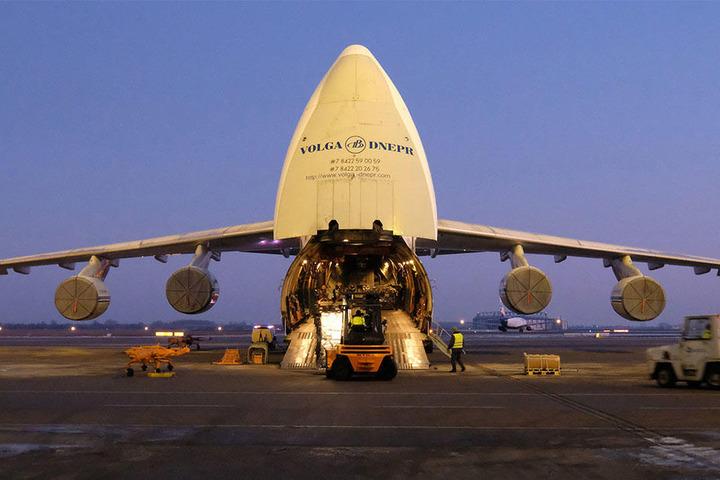 Bereits in den frühen Morgenstunden begann die Beladung des Transportflugzeuges, das die Kampfhubschrauber nach Mali bringen soll.