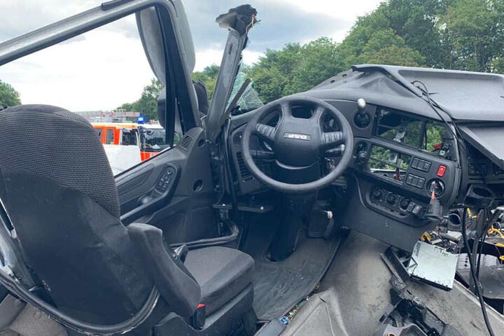Einer der beiden am Unfall beteiligten LKW wurde völlig zerstört.