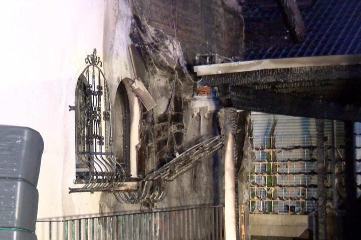 An dieser Stelle sprangen die Flammen vom Carport auf eine Hauswand über.