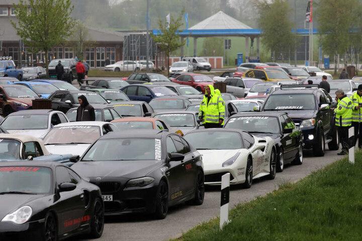 Die Fahrer sollen zum Teil mit Geschwindigkeiten von 250 Kilometer pro Stunde über die A20 gerast sein.