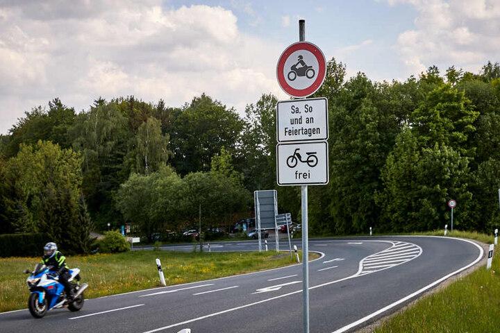 Dieses Schild zeigt an: Samstag, Sonntag und an Feiertagen ist das Befahren von Motorrädern verboten.