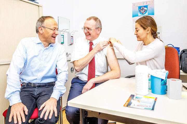Auch Bürgermeister Detlef Sittel (51, Mitte) wappnete sich per Impfung vor einer möglichen Grippeerkrankung.