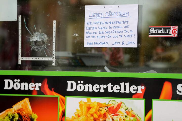 Dieses Aufmunterungsschreiben haben Nachbarn an die Scheibe des Imbisses geklebt.