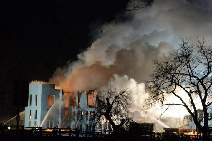 Bis in die Morgenstunden brannte das Gebäude.