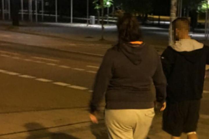 Einer der Angeklagten mit seiner weiblichen Begleitung.