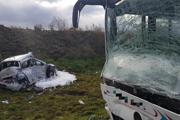 Die Frontscheibe des Busses splitterte durch den Zusammenprall.