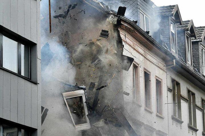 Nur Stunden nach der Explosion ist das Wohnhaus in Wuppertal zusammengestürzt.