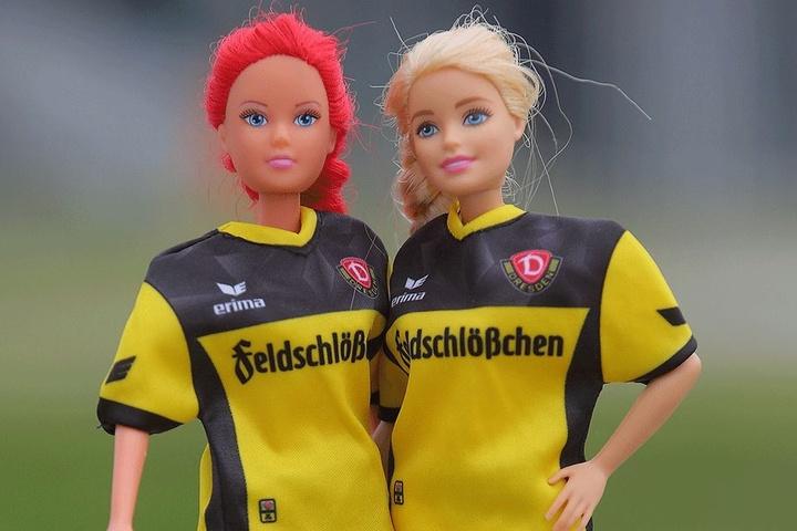 Barbie hat sich in ihrer Fan-Liebe schon für den richtigen Verein entschieden. Jetzt seid Ihr dran! Kinder sollten sich beim Ankleiden der Puppen aber von Mutti oder Papa helfen lassen. Der Trick: Die Ärmel-Öffnungen müssen vorher aufgetrennt werden.